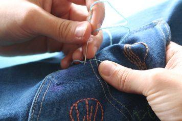 Steg-för-steg-guide: så gör du dina second hand-jeans ännu personligare