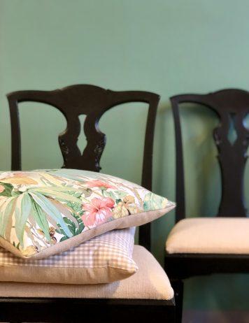 Så gör du: kuddfodral av stuvbitar och mattsvarta stolar